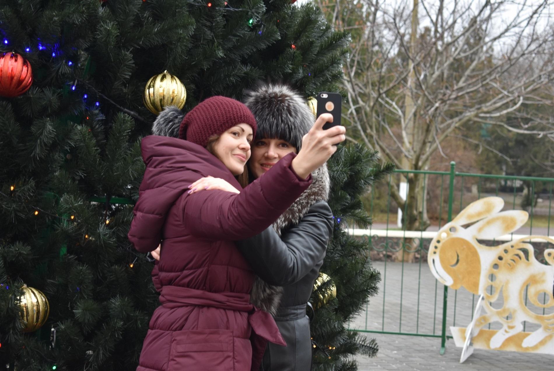В Нижних Серогозах елку открывали без Деда Мороза, но со Снегурочкой