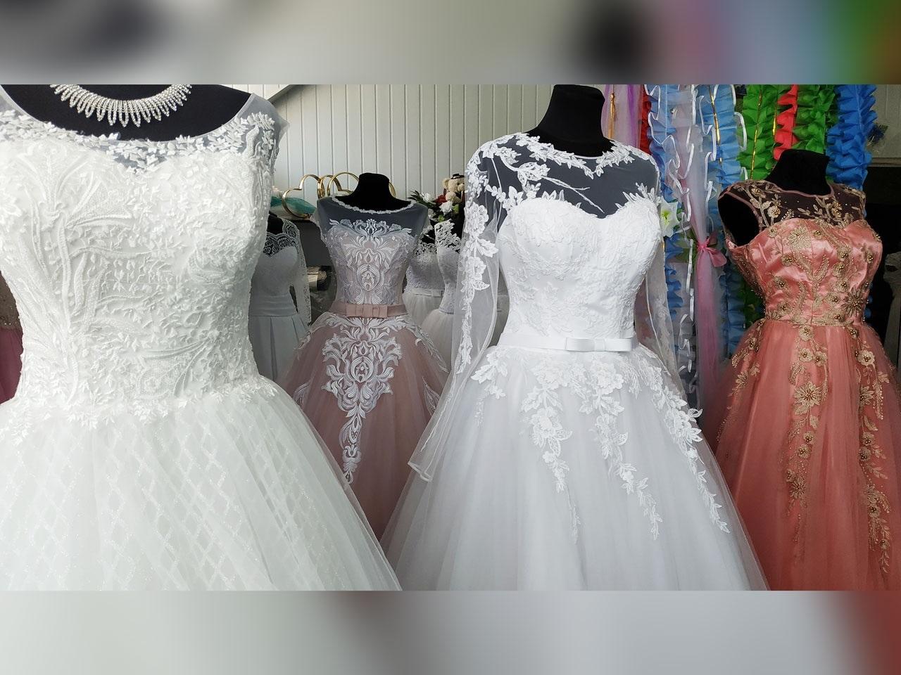 52f6f61c99029c Весільний салон «Аріна» знаходиться на вулиці Свободи, 17б у ТЦ «Глобус»,  третій поверх. Телефон для довідок: (063) 467-22-62
