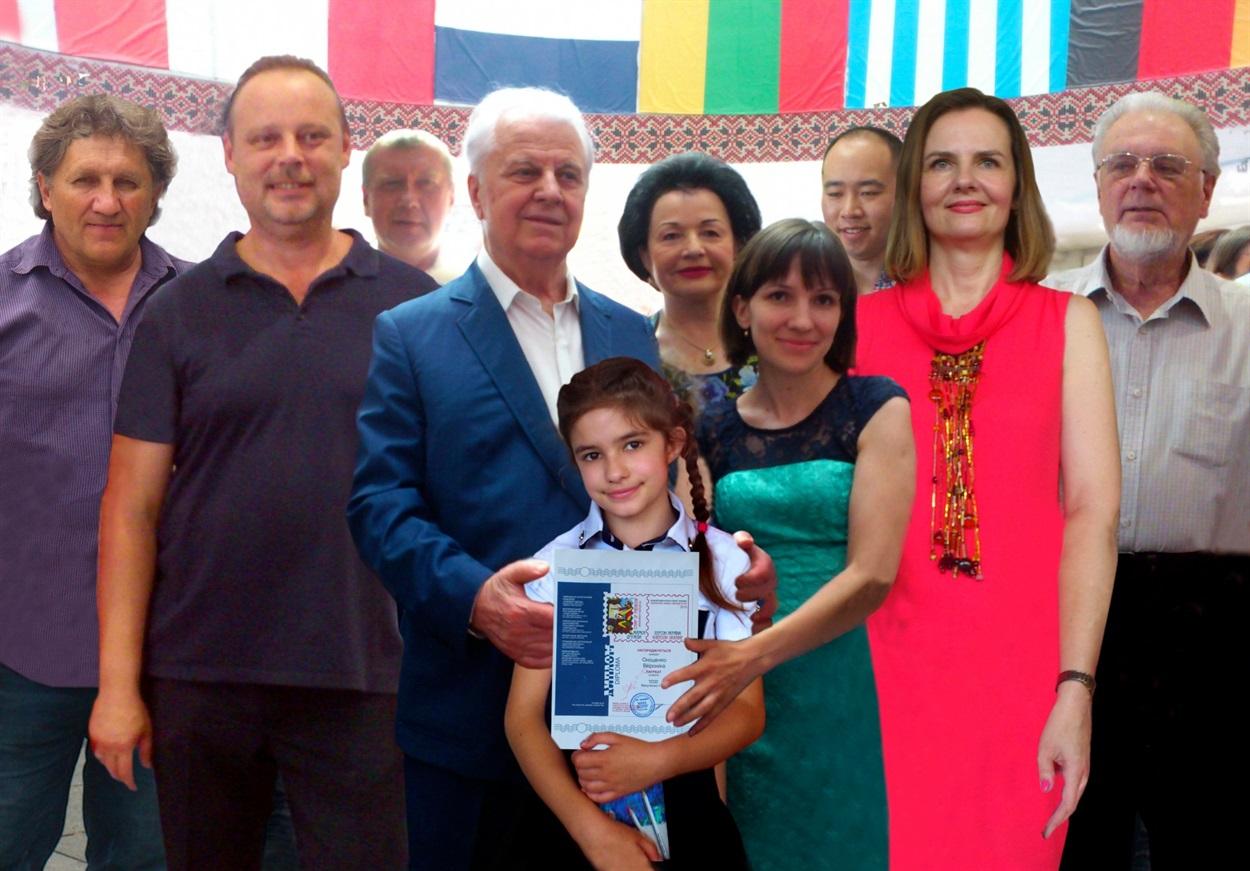 «Мама с оранжевыми волосами» школьницы из Нижних Серогоз станет «Маркой дружбы»