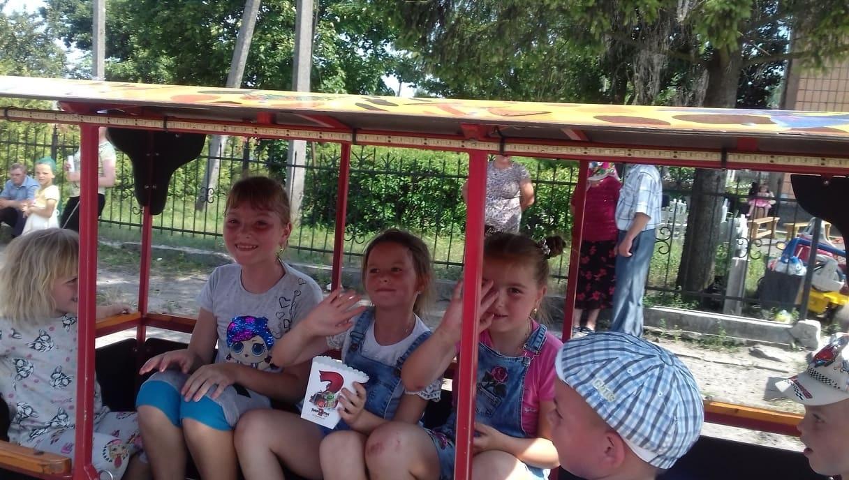 Діти насолоджуються катанням «кукушкою» і попкорном від заїзджого бізнесмена