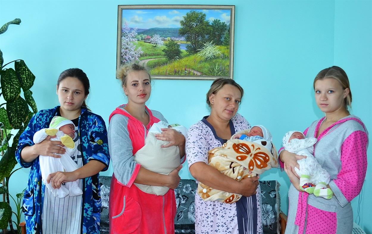 Щасливі молоді матусі