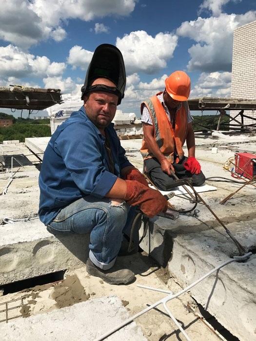 Конотопець Євген Білоножко на будівництві