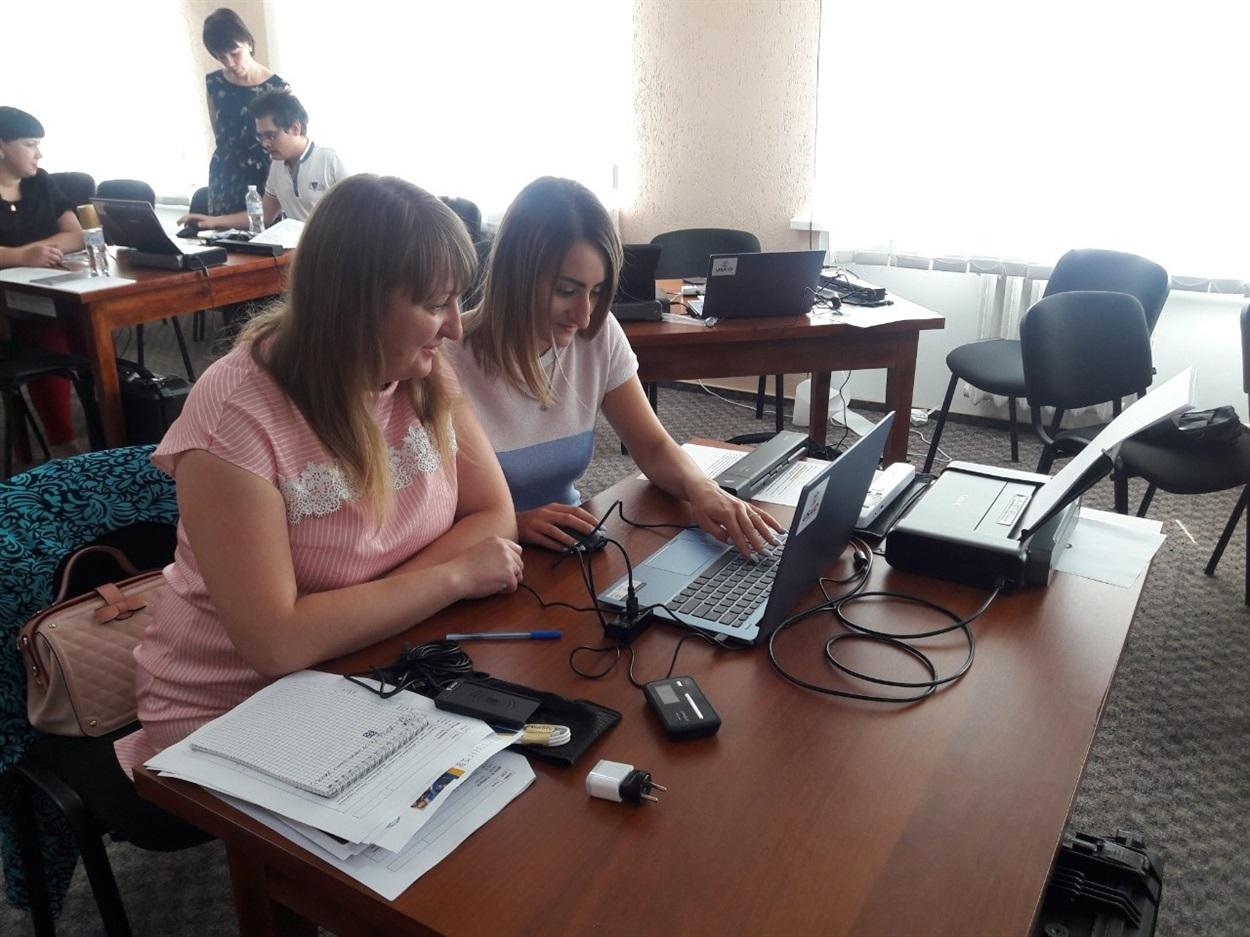 «Мобільний кейс» працівники Сватівського ЦНАП отримали у Сєвєродонецьку під час тренінгу. Там їх вчили з ним працювати