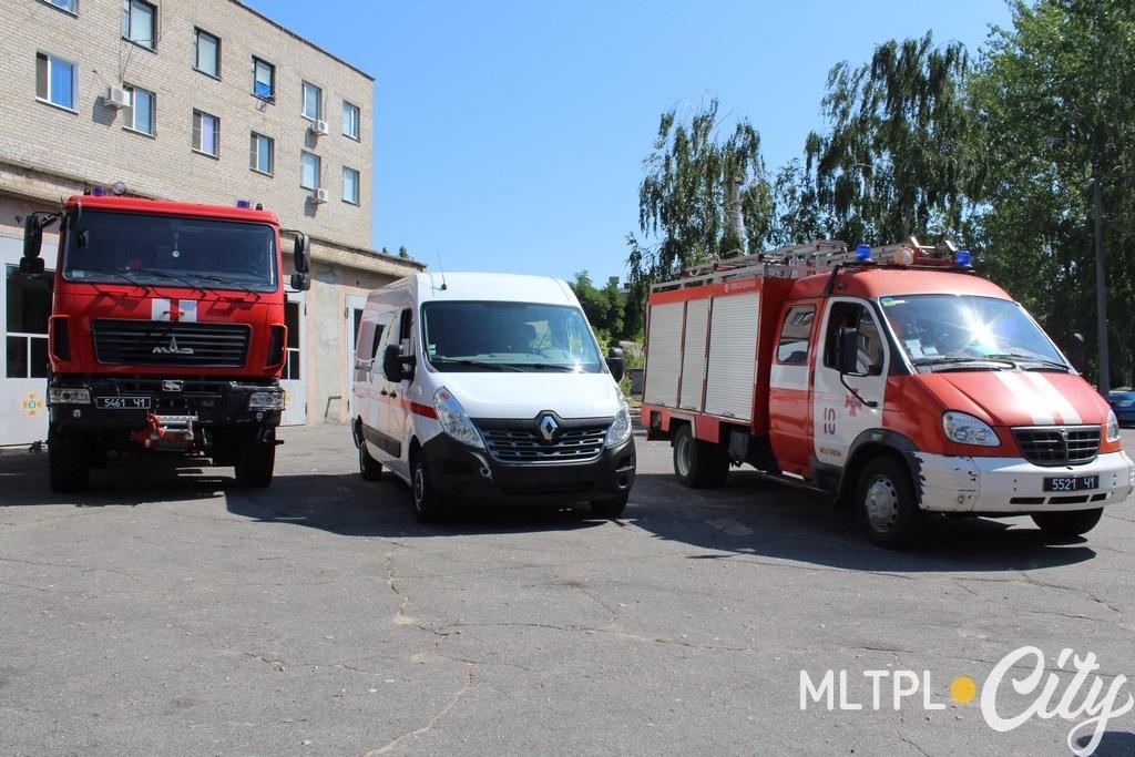 Автомобиль Рено Мастер (посредине) купили для спасателей