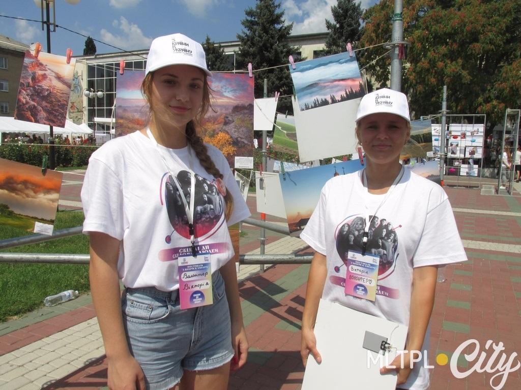 Две Виктории волонтерят на фотосушке