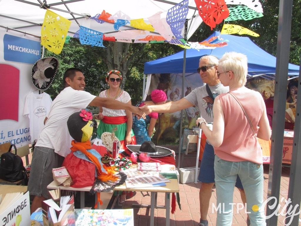 У мексиканцев просят флажки и меряют сомбреро