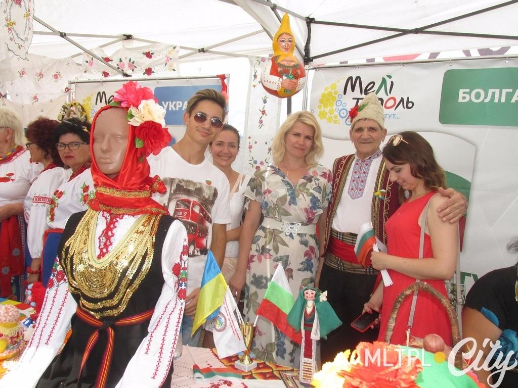 """Общество """"Балканы"""" демонстрирует национальные костюмы Сливенского региона Болгарии"""