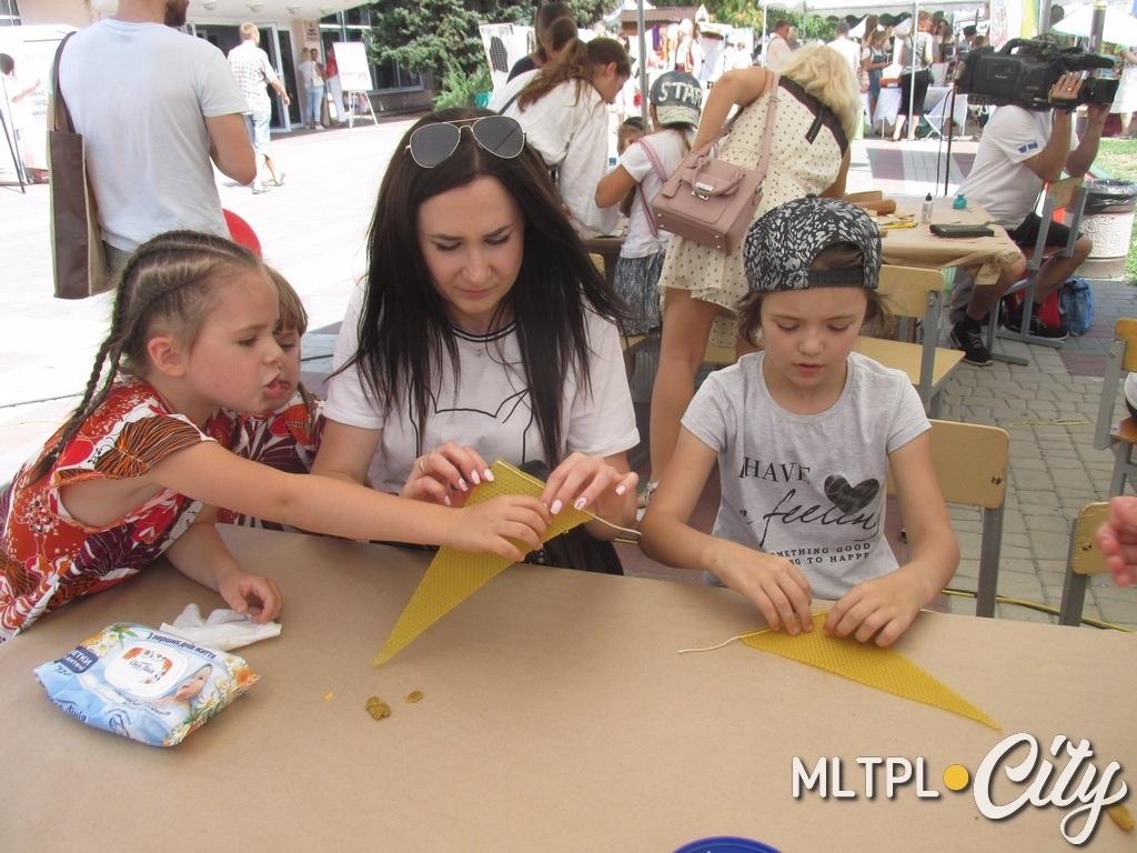 Анастасия делает свечку, дочурки помогают