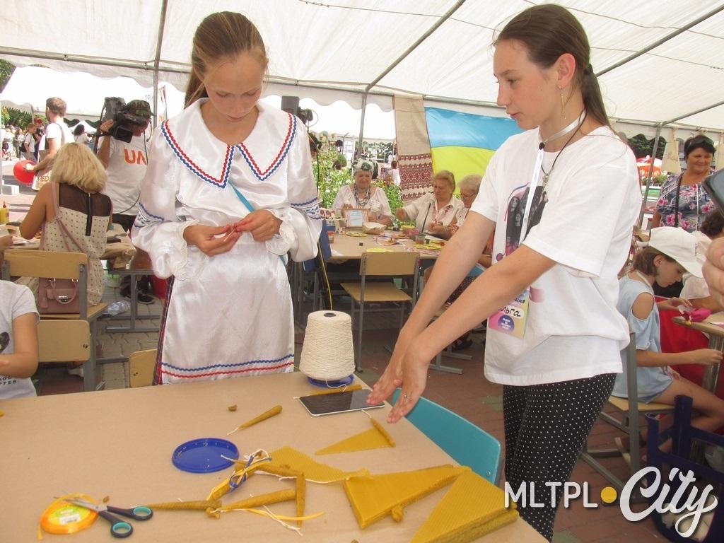 Инна Прохацкая показывает, как декорировать ткань с помощью штампа