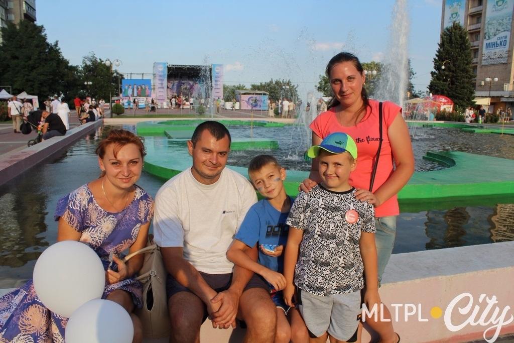 Сергій, Таня, Юля, с дітьми Андрієм та Єгором гуляли і випадково потрапили на захід