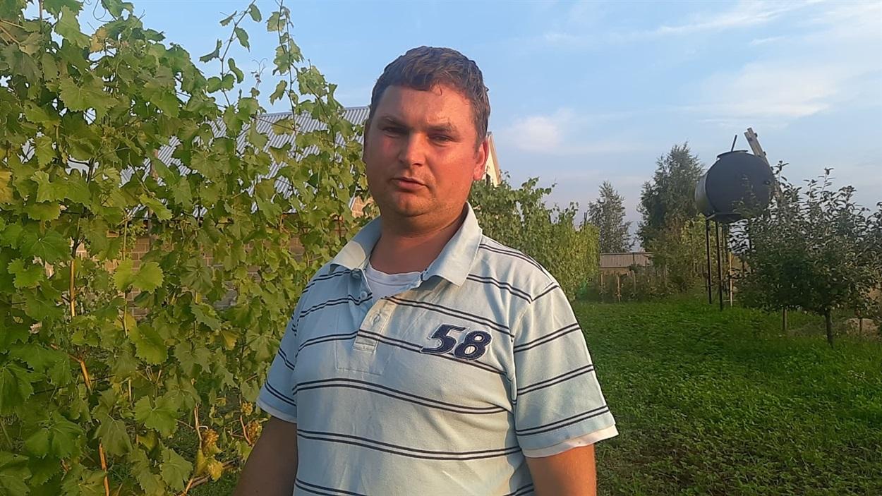 Василь Чугай на своїй виноградній ділянці, що біля будинку. Довжина виноградника майже сто метрів.