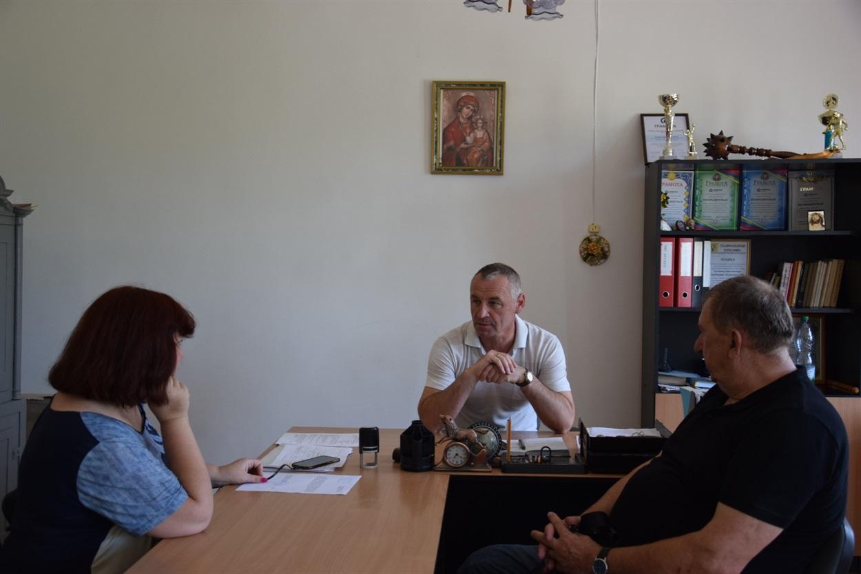 Триває розмова Андрія Костіва з журналістами Троїцького та Борислава.