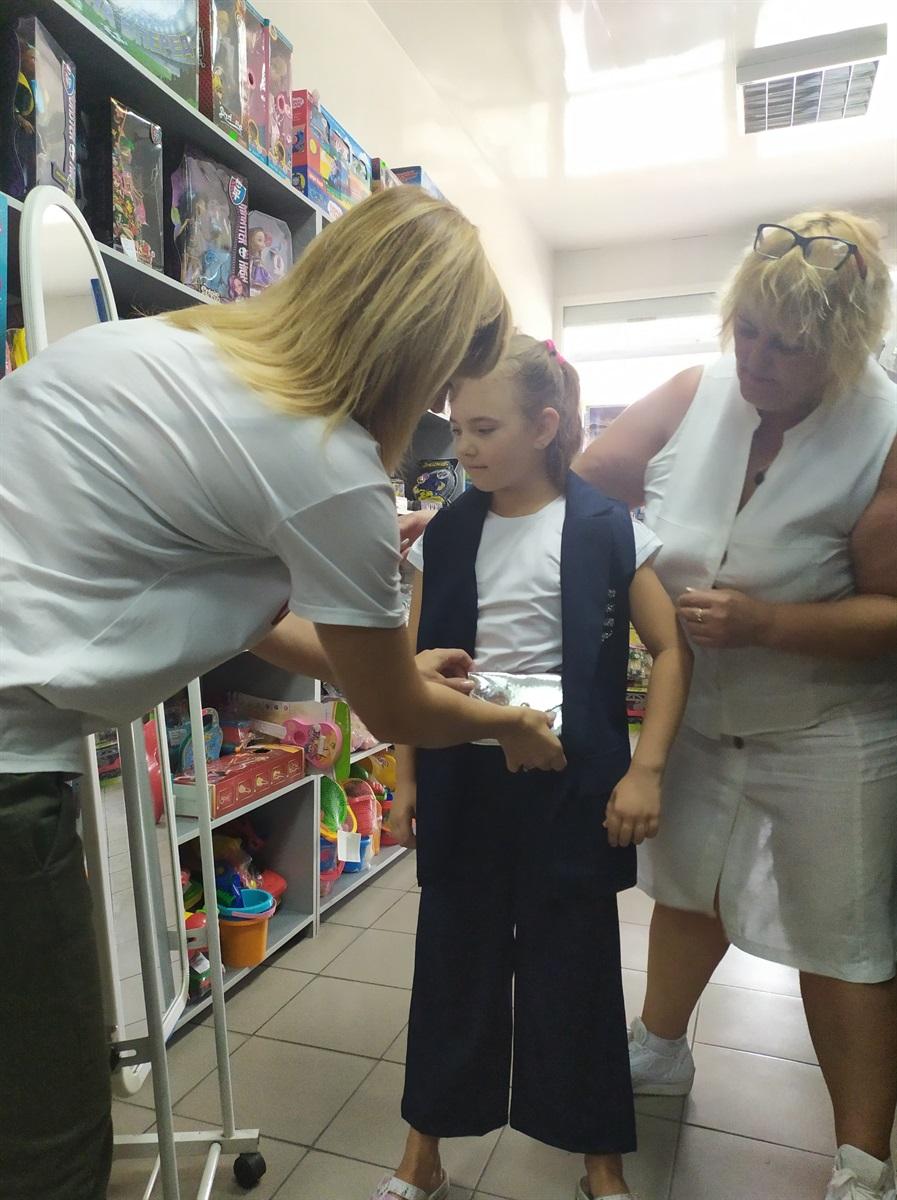 Олена готується до школи разом з СИМБА