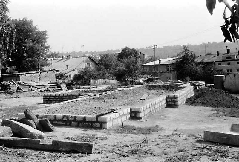 Момент відбудови. Загальний вигляд фундаменту з південного заходу. 1989 р. 16 серпня. Фото М.І.Жарких. Негатека, № 577-20.