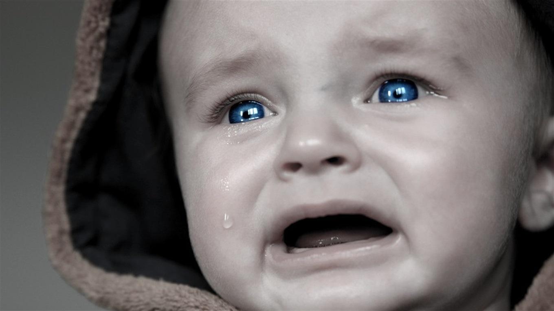 Черно белое фото плачущего ребенка